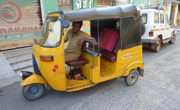 Coussin de méditation SpiritOpus en Inde, dans son rickshaw