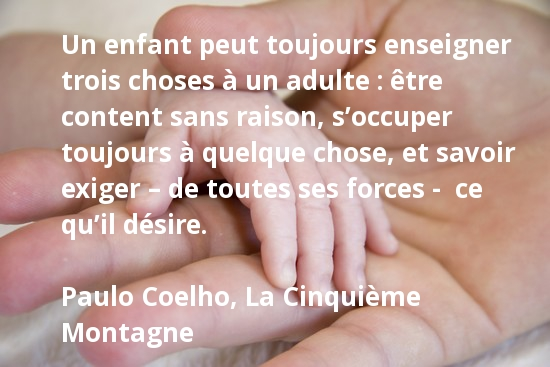 Un enfant peut toujours enseigner trois choses à un adulte - Paulo Coelho
