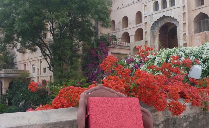 coussin méditation fleurs rouge
