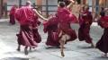 Moines du Bhoutan et robes marsala