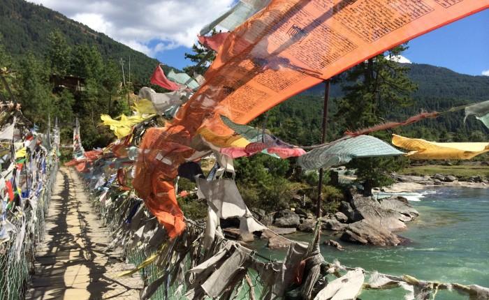Drapeaux de prières au Bhoutan sur un pont, méditation, SpiritOpus