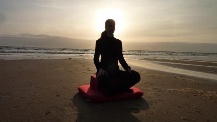 s'asseoir sur un coussin de méditation